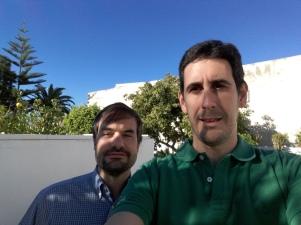 Foto sacada la primera mañana en el jardín de la casa. Estoy con Julio, de Madrid.